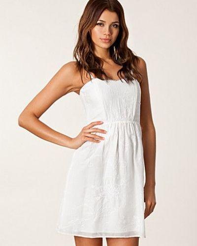 Till tjejer från Valerie, en vit studentklänning.