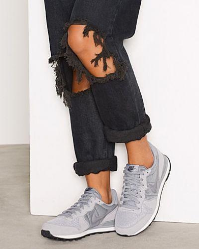 Till dam från Nike, en grå sneakers.