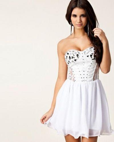 Till dam från Oneness, en vit bandeauklänning.