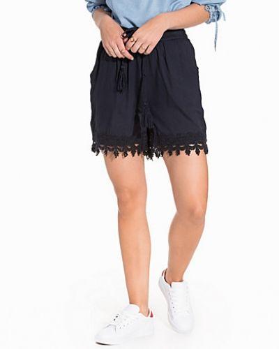 Ioana Shorts B.Young shorts till dam.
