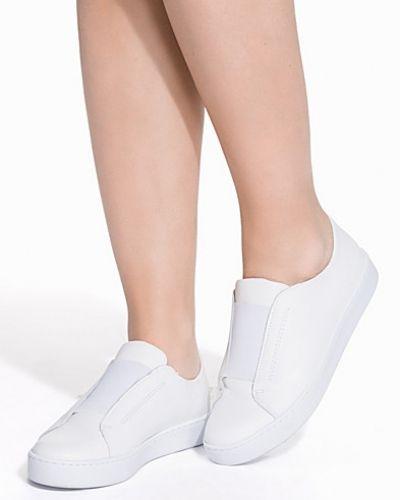 Till dam från Sixtyseven, en vit sneakers.