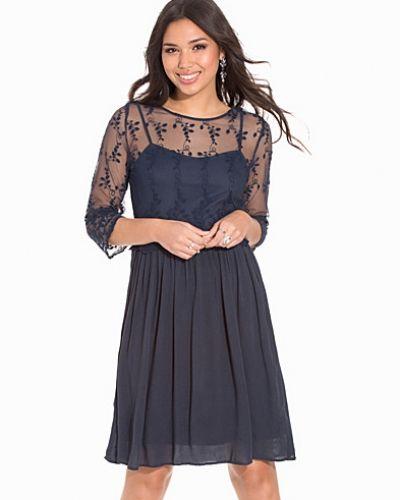 Till dam från B.Young, en klänning.
