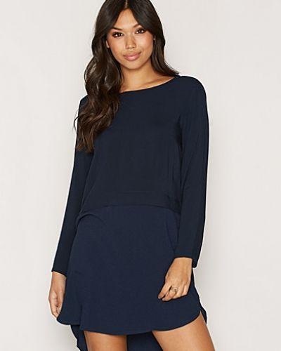 Blå klänning från Jacqueline de Yong till dam.