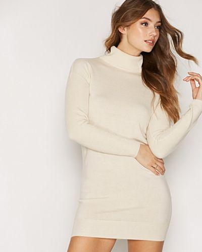 Beige klänning från Jacqueline de Yong till dam.