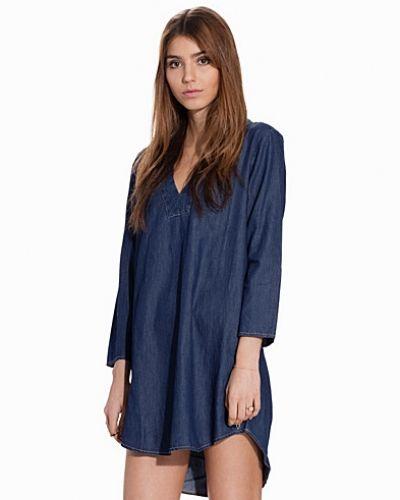 Till dam från Jacqueline de Yong, en blå tunika.