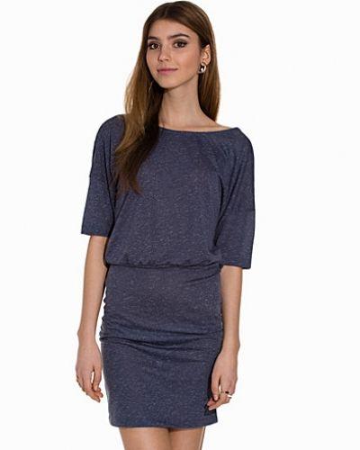Till dam från Jacqueline de Yong, en blå klänning.