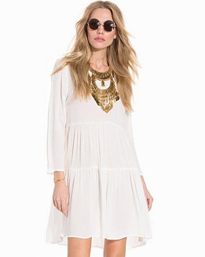 Till dam från Jacqueline de Yong, en vit klänning.