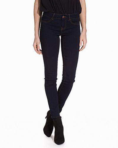 Blå slim fit jeans från Jacqueline de Yong till dam.