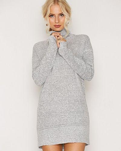 Till dam från Jacqueline de Yong, en grå stickade tröja.