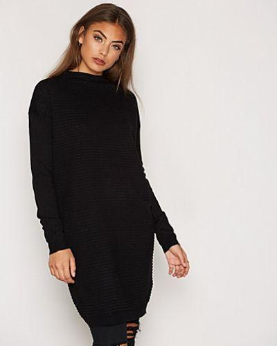 Till dam från Jacqueline de Yong, en svart klänning.