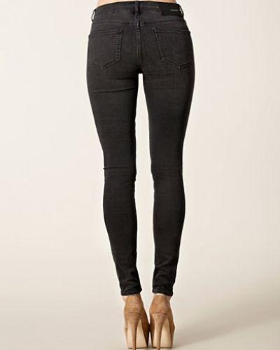 Till dam från BLK DNM, en svart straight leg jeans.