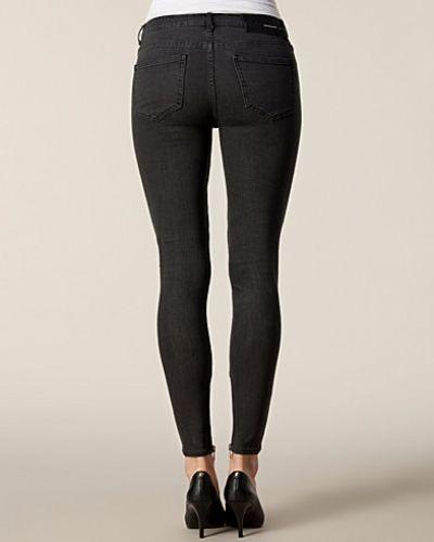 Till dam från BLK DNM, en grå slim fit jeans.