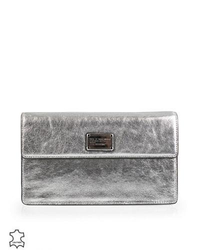 Till tjejer från Marc By Marc Jacobs, en silver kuvertväska.