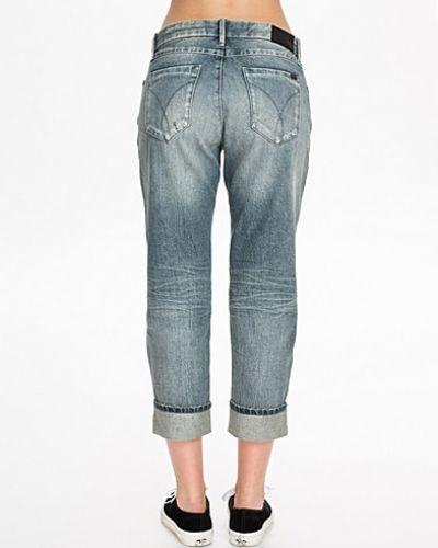 Blå boyfriend jeans från Calvin Klein Jeans till tjej.