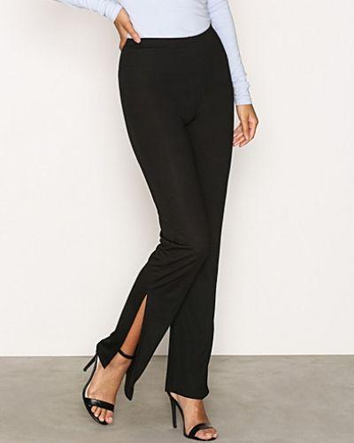 Till dam från NLY Trend, en svart byxa.