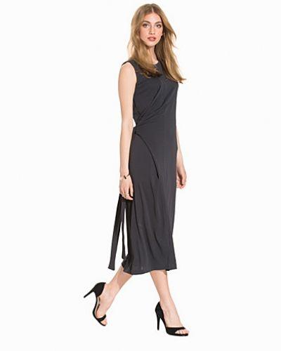 Jerseyklänning Jersey Tie Dress från Filippa K