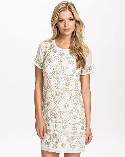 Till tjejer från Miss Selfridge, en vit studentklänning.
