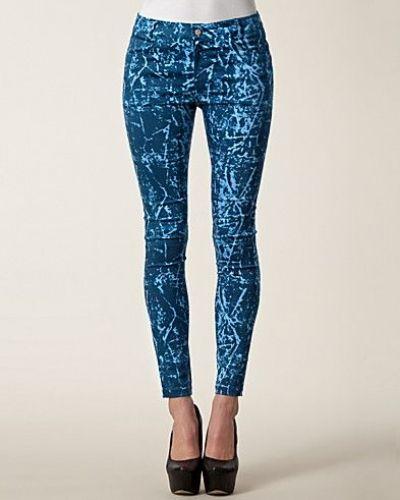 Till dam från Motel, en blå slim fit jeans.