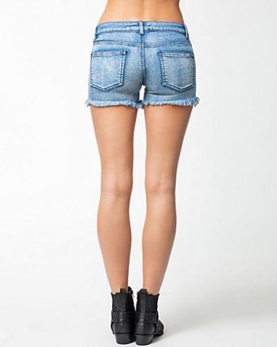 Till tjejer från VILA, en metallicfärgad jeansshorts.