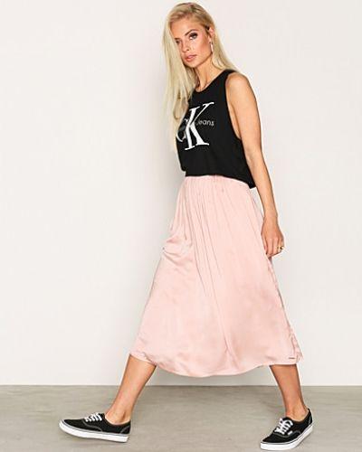 Till tjejer från Calvin Klein Jeans, en röd jeanskjol.