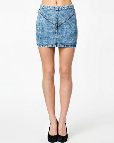 Till tjejer från Noisy May, en metallicfärgad jeanskjol.