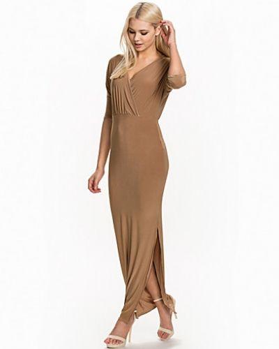 Till dam från Club L Essentials, en brun maxiklänning.