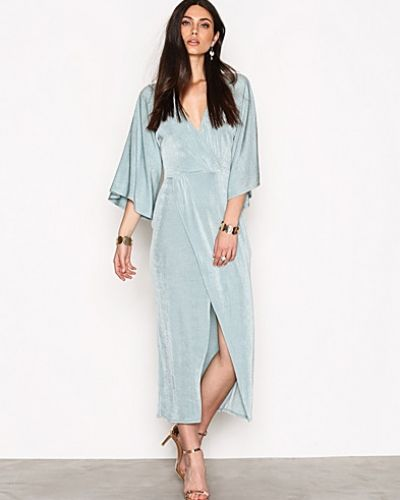 Till dam från NLY Trend, en blå maxiklänning.