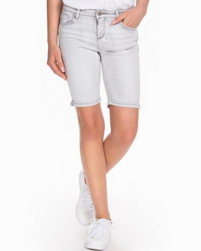 Till dam från New Look, en svart shorts.