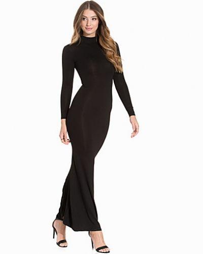 Till dam från Club L Essentials, en svart långärmad klänning.