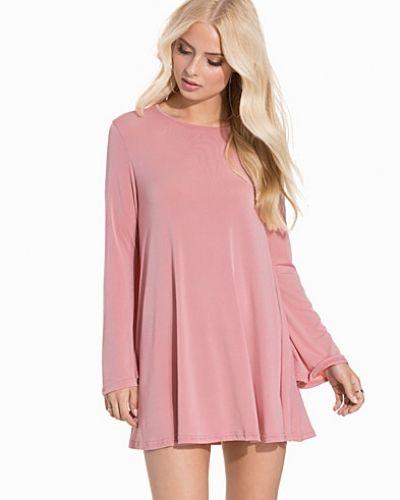 Till dam från Glamorous, en rosa oversizeklänning.