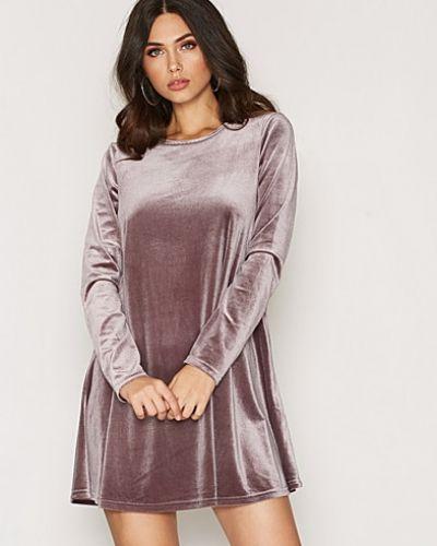 Till dam från Glamorous, en långärmad klänning.