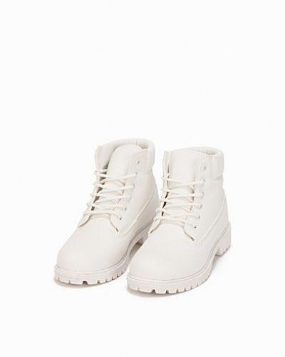 Vit känga från Nly Shoes till dam.
