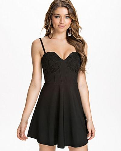 Svart klänning från NLY One till dam.