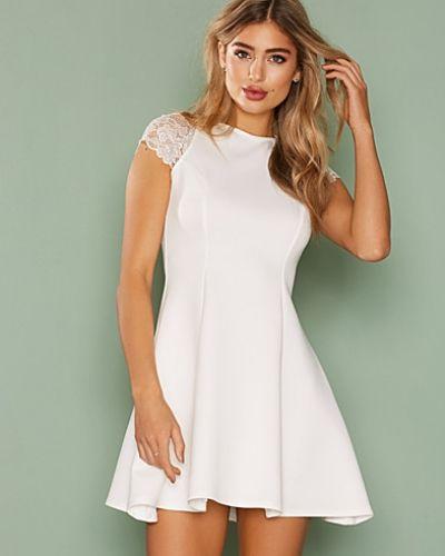 Klänning Lace Cap Sleeve Dress från NLY One