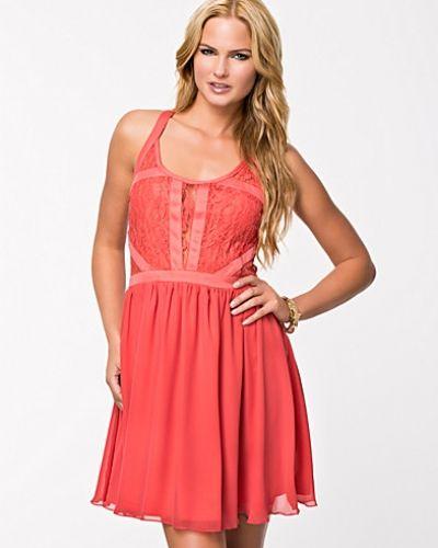Till dam från Jeane Blush, en röd klänning.