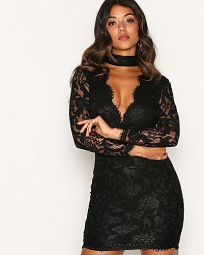 Till dam från Ax Paris, en svart fodralklänning.