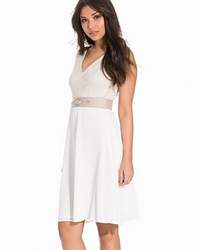 Till dam från Elise Ryan, en vit klänning.