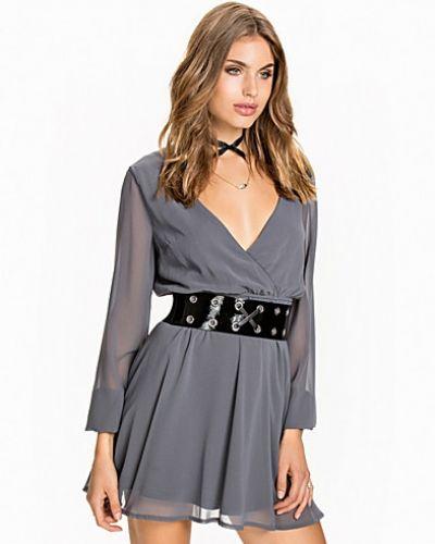 Lace Neckline Wrap Dress NLY Trend klänning till dam.