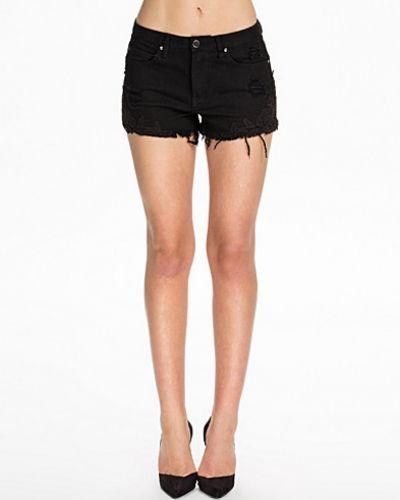 Till dam från NLY Blush, en svart shorts.