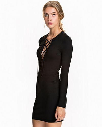 Svart långärmad klänning från NLY Trend till dam.