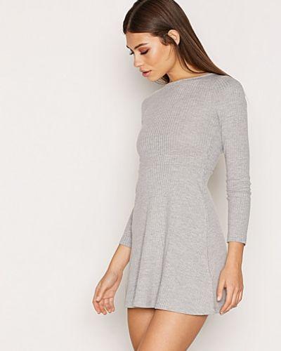 Till dam från Topshop, en grå klänning.