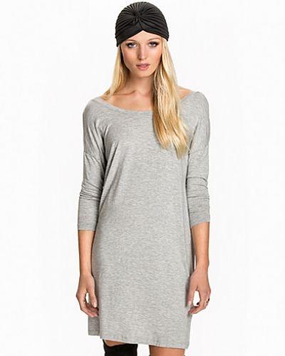 Till dam från mbyM, en grå långärmad klänning.