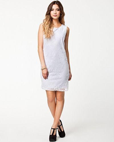 Till tjejer från Vero Moda, en vit studentklänning.