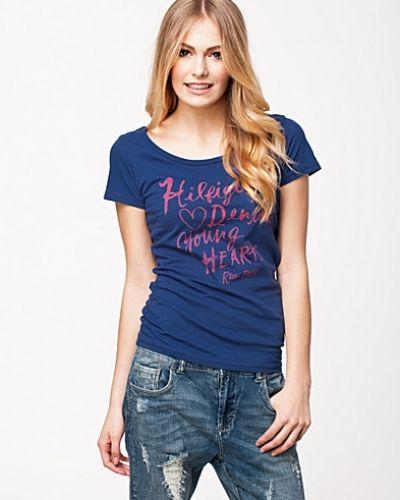 Till dam från Hilfiger Denim, en metallicfärgad t-shirts.