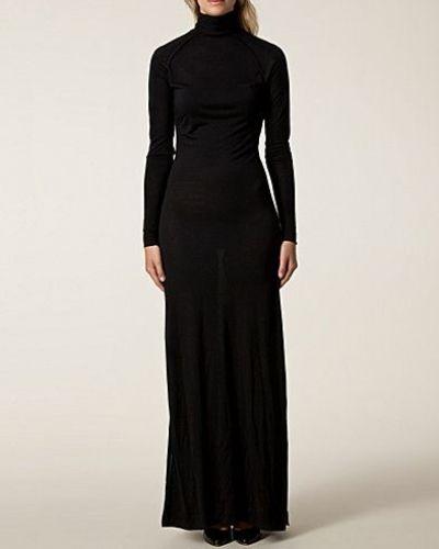 Till dam från Dagmar, en svart maxiklänning.