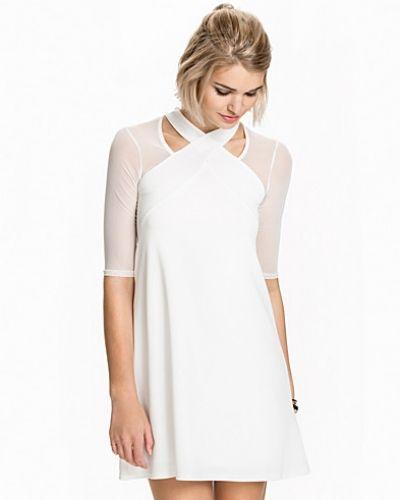 Creamfärgad klänning från TFNC till dam.