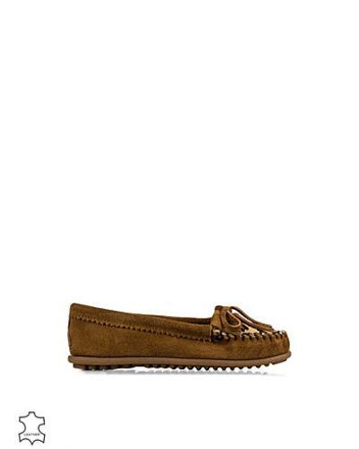 Till dam från Minnetonka, en metallicfärgad loafers.