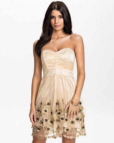 Till dam från TFNC, en guld bandeauklänning.