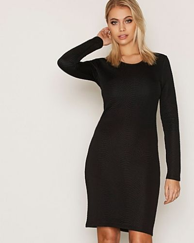Till dam från J Lindeberg, en svart klänning.