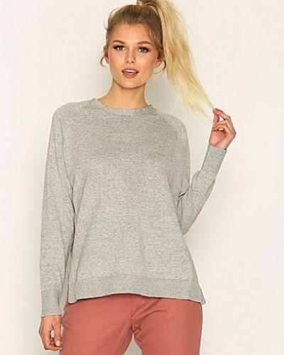Till dam från Hope, en grå stickade tröja.